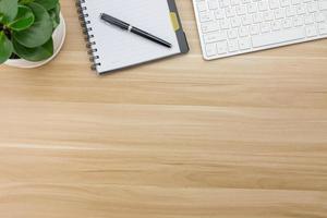 forniture per ufficio sulla scrivania in legno