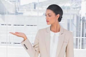 imprenditrice attraente aprendo la mano foto