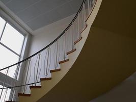 vista dall'alto di una scala a chiocciola