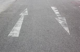 segno della freccia sulla strada foto