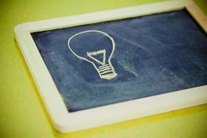 disegno di gesso con lampadina, visione aziendale foto