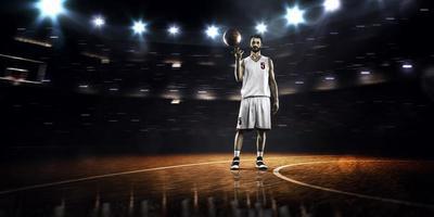 il giocatore di basket gira la palla attorno al dito foto