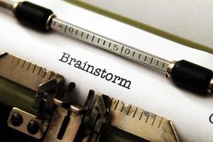 testo di brainstorming sulla macchina da scrivere foto