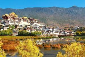 tempio di Songzanlin nella città di Zhongdian (shangri-la), provincia dello yunnan in Cina foto