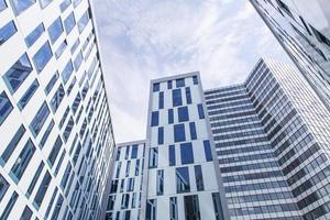 linee astratte della facciata e riflessione di vetro su costruzione moderna