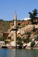 moschea sotto il lago della diga in halfeti foto