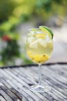 cocktail in vetro sangria al vino bianco foto