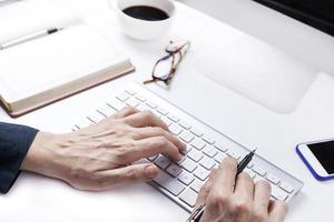 mani della donna sulla tastiera foto