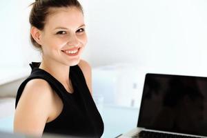 donna d'affari con un computer portatile in ufficio foto