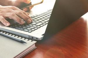 stretta di mano uomo d'affari, lavorando su un computer portatile foto