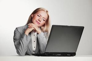donna d'affari, lavorando sul portatile foto