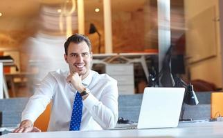 uomo d'affari analizzando i dati foto