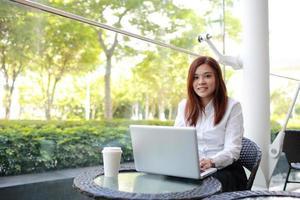modello asiatico della ragazza di affari con la posa differente foto