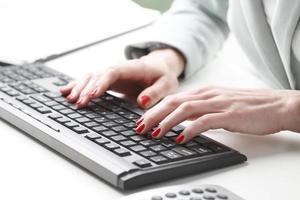 imprenditrice digitando sulla tastiera foto