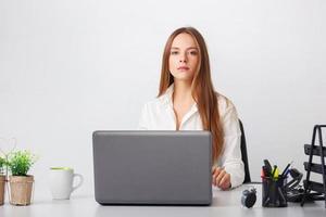 Ritratto di giovane donna d'affari che lavora nel suo ufficio. foto