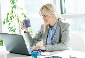 donna d'affari in ufficio foto
