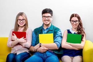 studenti che lavorano sul divano foto