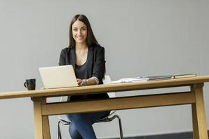 giovane donna in ufficio foto