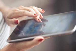donna con computer tablet foto