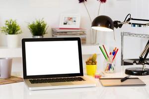 spazio di lavoro contemporaneo con il computer foto
