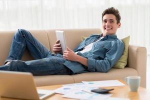 ragazzo con computer tablet foto