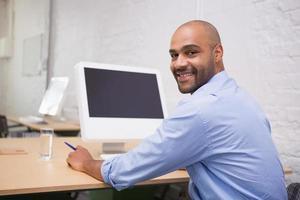 uomo d'affari utilizzando il computer alla scrivania foto