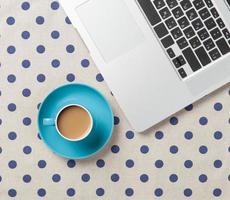 tazza di caffè e computer portatile foto