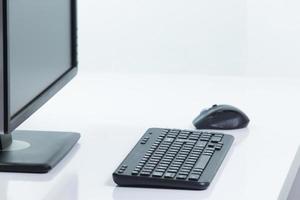 monitor con tastiera e mouse foto