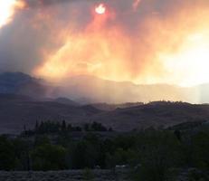 dolci colline del deserto e cielo arancione - incendi foto