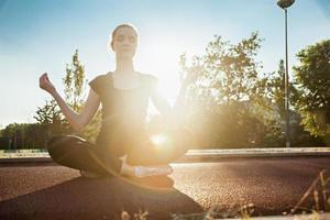 giovane donna che fa meditazione foto