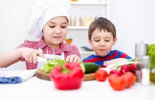 bambini che mangiano insalata foto