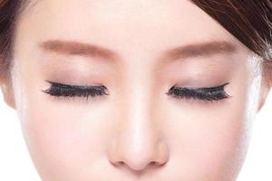donna attraente occhi chiusi foto