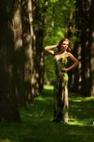 donna su un vicolo parco ombreggiato foto