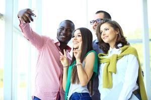 persone che prendono selfie durante una riunione d'affari foto
