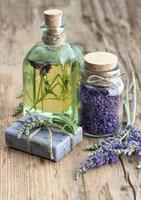 olio di lavanda, sapone alle erbe e sale da bagno con fiori foto