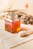 nido d'ape, miele su fondo in legno foto