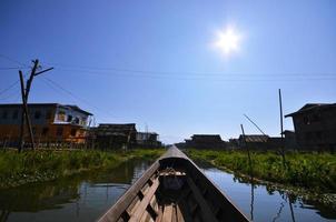 viaggiando in barca a coda lunga in un lago foto