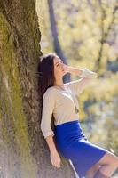giovane donna nella foresta d'autunno