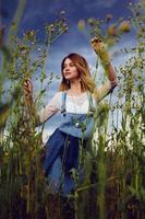 bella ragazza di campagna sulla natura