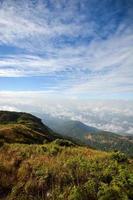 paesaggio montano scenico, nebbia e cielo blu
