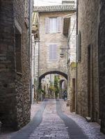 strada ad assisi, umbria, italia