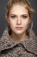Ritratto del primo piano di bella ragazza in maglione lavorato a maglia