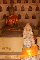 Buddha antico che intaglia sull'arenaria.