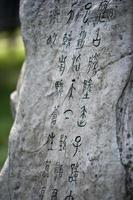 antica calligrafia cinese scolpita sulla pietra foto