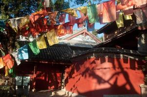 bandiere di preghiera buddista tibetano in tempio cinese.