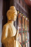 statua di buddha in legno all'interno del tempio chainese foto