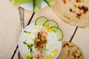 yogurt arabo di capra mediorientale e insalata di cetrioli foto