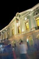 Palazzo del governo di notte a Merida, in Messico foto