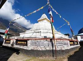 stupa con bandiere di preghiera