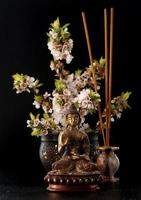 statua di Buddha e pietre zen. spa, aromaterapia e meditazione foto
